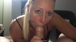 Vies blondje zuigt, neukt en ontvangt sperma