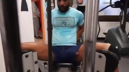 This guy has a dick slip in the gym