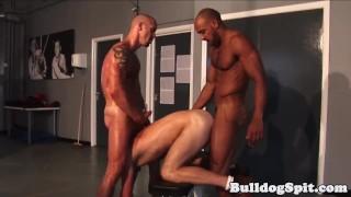 Película para adultos gratis - Interracial Muscle Hunk Analized In Gym Trio