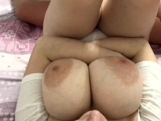 Sperme sur les gros seins de ma copine