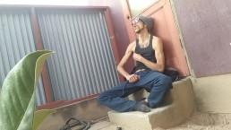 Obdachloser schlägt und schlägt seinen großen Schwanz draußen in der Gasse