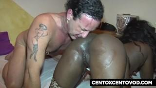 Sborra bianca sulla pelle nera! Come squirta la cubana