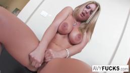 Avy Scott stript haar sexy jurk uit in deze erotische solo voor jou genot