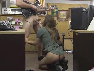 XXXPawn - Punk rocker chick heeft snel geld nodig, je weet hoe dat gaat