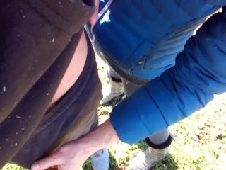 Aiuto a pisciare mio marito in un parco pubblico