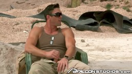 Il comandante in capo Ryan Rose scopa in zona di combattimento