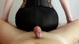 Milf gør assjob i spandex bukser. Sperm på min yoga bukser POV