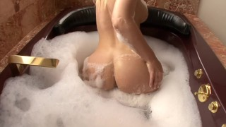 BUBBLE BUTT BLONDE TRYSTIN DOGGY STYLE BUBBLE BATH CREAMPIE中的巨大COCK