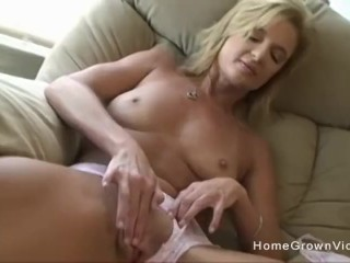 Stephanie Spreads And Wanks Off With A Dildo