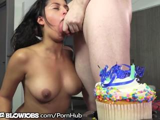 Sophia Leone geeft een natte pijpbeurt als verjaardagscadeau