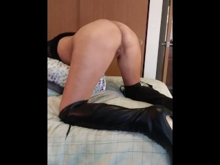 Mom shakes her ass