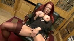 Blanke neukbare moeder met lekkere kont en grote tieten neukt zichzelf op kantoor.