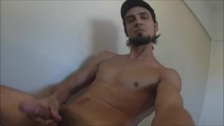 Caresser au porno se terminant par éjaculation
