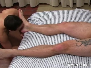 Bearded hunk Aceera wanks off while getting his feet licked