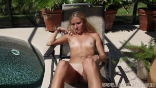 Vidéos de sexe gratuites - Cory Chase Kelly Teal Farting Sun Bathing
