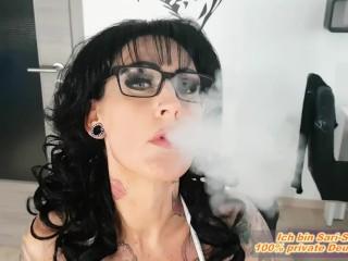 Deutsche Milf Nutte am Rauchen mit riesen Titten