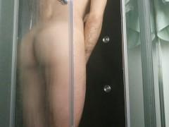 Buen culito en la ducha se introduce un consolador y se corre