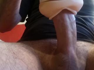 Gast kreunt en beeft terwijl hij klaarkomt in een nep poesje