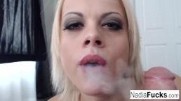 """Nadia fumando un e-cig mientras """"fuma"""" tambien un poste"""