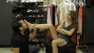 色情大拇指 - Mean Bitches - Foot Worship 专横的Ch子吉利安接管了服装店-女性主导