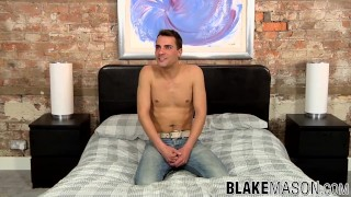 Arousing homosexual stud jacks off his trimmed schlong