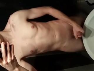 Gabriel, jeune minet, se branle dans les WC de la piscine
