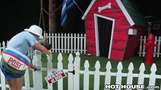 無料Xxx - 犬のような格好をした2人の筋肉男子が犬のようなノーカットの郵便配達員と性交する