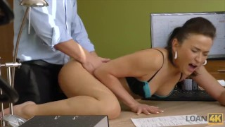 LOAN4K。 她忘了她为什么来到贷款办公室