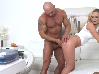 Sexy female agent gets fucked by a Bodybuilder