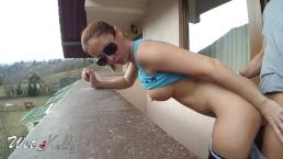 sveltina amatoriale sul balcone dell'albergo durante la vacanza