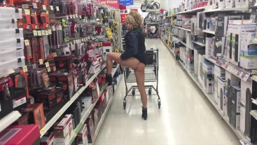 WALMART NIP! MILF BUBBLE BUTT SHAVED PUSSY FLASH!