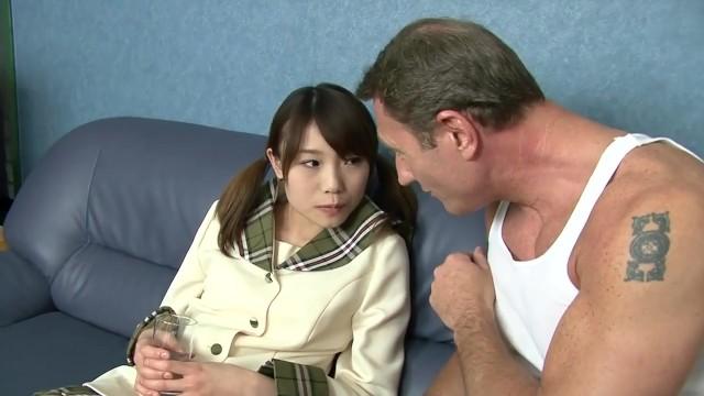 ロリロリな制服JKが外人男特有の規格外のデカマラで貫かれてしまい、大量のザーメンを出されてしまう!!