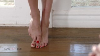 Loveherfeet - She fucks her walking couch and gets cummed on her feet