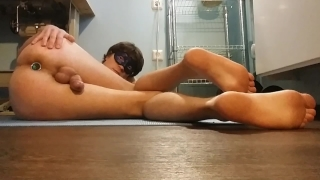Guy Inserts Butt Plug in His Own Ass and Cumming Without Touching the Dick