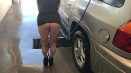 MILF BUBBLE BUTT OUTDOOR CAR WASH SHORT SKIRT NO PANTIES