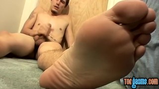 Young man Bentley tugging and jizzing on his pretty feet porno