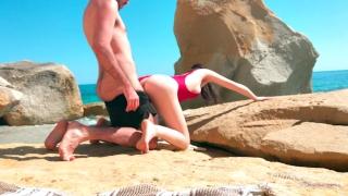 Jolie Fille française baise avec son copain sur la Plage - 4k Bent tits