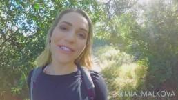 Mia Malkova Abusée Pendant Une Randonné Publique