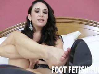 lécher les pieds et l'humiliation des pieds femdom