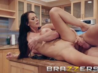 Brazzers – Naughty Milf Reagan Foxx gets fucked in the Kitchen