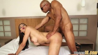 Twerking shemale gets assfucked doggystyle