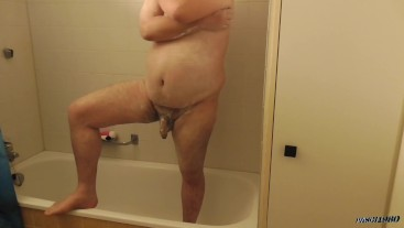 Behaarter Pasci unter der Dusche