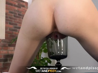 Wet Porn - Goldie pours her own piss over her petite body
