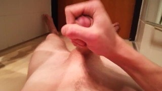 Young twink cumming over himself