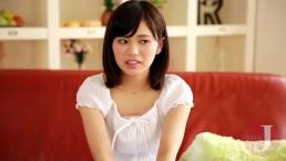 [秋吉花音]AVデビューしたての10代美少女が恥ずかしい全裸でインタビュー
