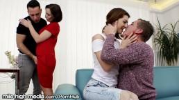 Tienertje neukt haar vriend en moeders neukt zijn vriend!