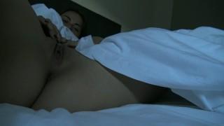 Réveil coquin et première éjaculation de la journée