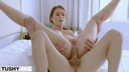 TUSHY Une assistante fait travailler son patron pour du sexe anal