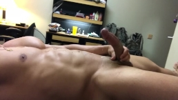 Huge cumshot on stomach of hot hunk