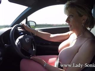Lady Sonia bionda matura gioca con le tette mentre guida